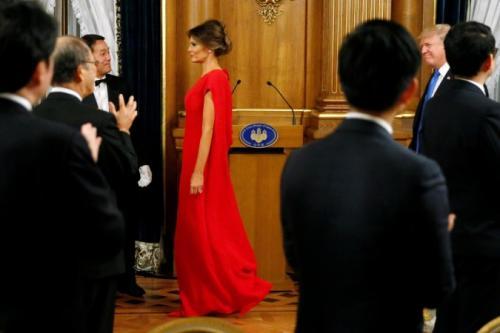 La primera dama, Melania Trump, lució un vestido rojo en la cena en Japón.