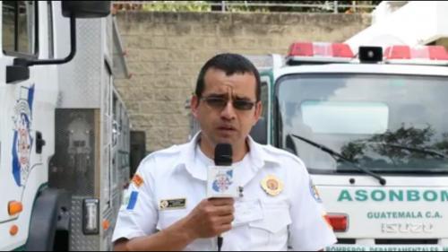 El bombero Ciro Camey permaneció desaparecido varios minutos y fue localizado inconsciente, murió a su ingreso al centro asistencial. (Foto: Bomberos Municipales Departamentales.