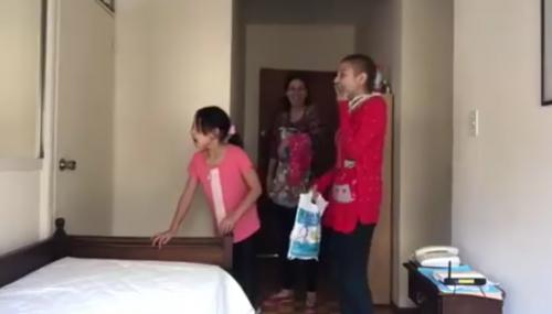 La pequeña se sorprende al escuchar que en la otra habitación se encuentra el artista. (Foto: captura de pantalla)