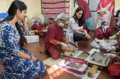 Meghan haciendo labor humanitaria. (Foto: Daily Mirror)