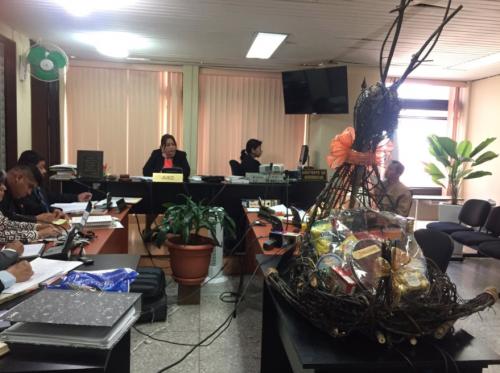 Abdy Estrada presentó un modelo de las canastas ante el Juzgado Sexto de Instancia Penal. El Ministerio Público asegura que se sobrevaloró la compra. (Foto: archivo/Soy502)