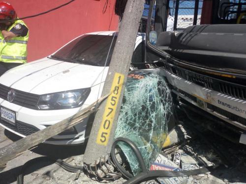 El accidente también dejó daños a un auto particular. (Foto: Instagram/Amilcar Montejo)
