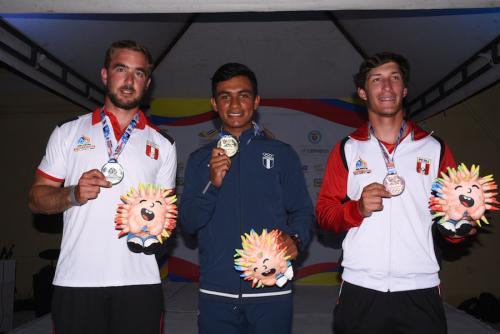 El 502 David Hernández, al centro, con su presea dorada, entre el medallista de plata, Jean Paul de Trazegnies y el de bronce, Alonso Collantes, ambos de nacionalidad peruana. (Foto: COG)