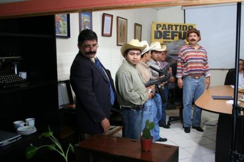 Garbin Alfredo Cabrera Cruz -con saco azul- actúa junto con el presidente Jimmy Morales. (Foto: Tomada de Facebook)