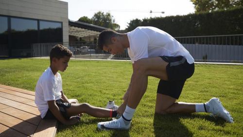 Cristiano quiere brindarles a sus hijos una mejor infancia, la cual él tuvo con muchas limitaciones. (Foto: The Players Tribune)