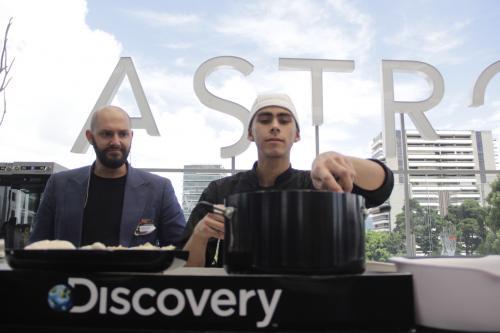 El chef colombiano hizo una demostración de cómo supervisa a los concursantes en el programa. (Foto: Fredy Hernández/Soy502)