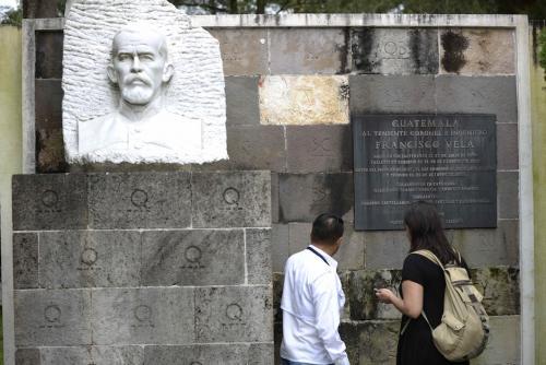 Busto de Francisco Vela con las letras de todos los departamentos de Guatemala en clave morse. (Foto: Wilder López/Soy502)