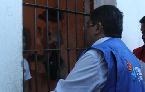 Momento en que el Procurador conversó con los privados de libertad. (Foto: PDH)