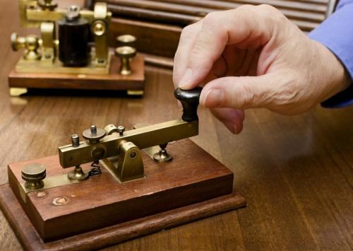 El código morse era un sistema de comunicación usado en la época. (Foto: peda.net)