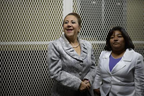 Blanca Stalling y su abogada Delmi Castañeda conversan en la Torre de Tribunales. (Foto: Wilder López/Soy502).