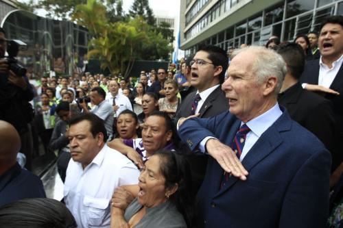 El Secretario acompaña al alcalde mientras entona el himno nacional. (Foto: Wilder López/Soy502)