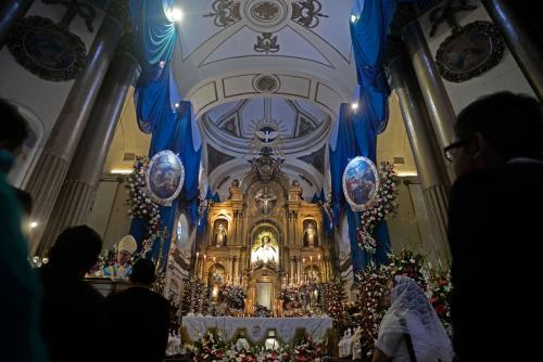 Los feligreses visitan a la Virgen del Rosario durante todo el mes. (Foto: Wilder López/Soy502)