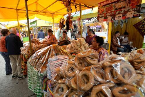 Las ventas de dulces típicos y comida no pueden faltar durante la festividad. (Foto: Wilder López/Soy502)