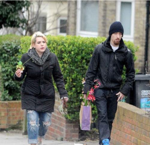 Isabella junto a su esposo Max, en una de las calles de Londres, Inglaterra. (Foto: Infobae)