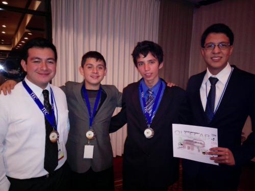 De izquierda a derecha; Ángel Mario, Juan Esteban, Hugo y Luis, estudiantes que participaron en la olimpiada. (Foto: Cortesía/Claudia de Nieto)