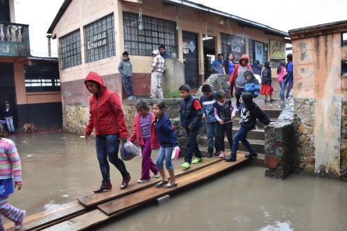 Los niños de Alta Verapaz han sufrido por las inundaciones, que han afectado las escuelas. (Foto: Irma Tzi/Nuestro Diario)