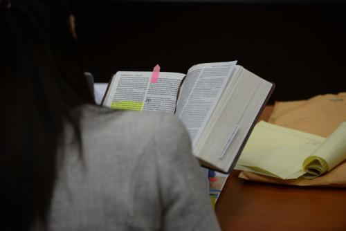 Roxana Baldetti mostró una biblia de donde leyó un fragmento que dedicó al juez Miguel Ángel Gálvez. (Foto: Wilder López/Soy502).