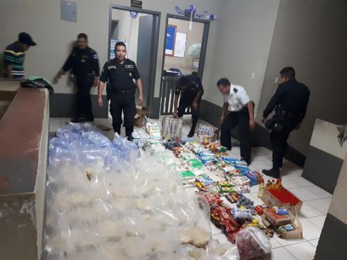 Los policías recolectaron dinero propio y compraron los insumos. (Foto: PNC)