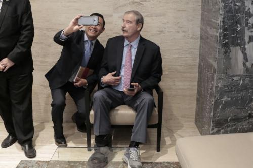 Algunos asistentes aprovecharon para tomarse una foto con el expresidente mexicano. (Foto: Alejandro Balán/Soy502)