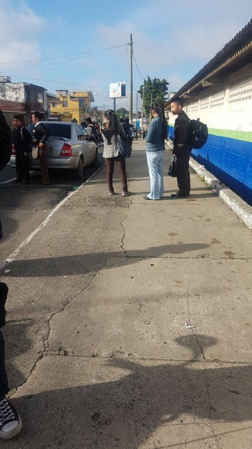 Estudiantes del Instituto Adrián Zapata se presentaron para colocar moñas negras tras la muerte de dos estudiantes. (Foto: Soy502)