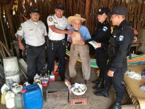 Agentes de la PNC regalaron víveres al señor Cástulo Vargas durante un acercamiento a la comunidad. (Foto: Archivo/PNC)