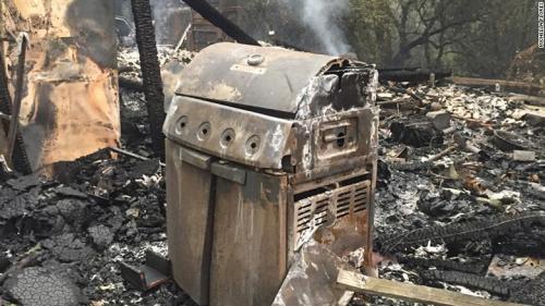 Al menos 10 muertos, 20 mil evacuados y 1 mil 500 inmuebles destruidos es el saldo de voraces incendios en la región vitivinícola de California. (Foto: CNN)