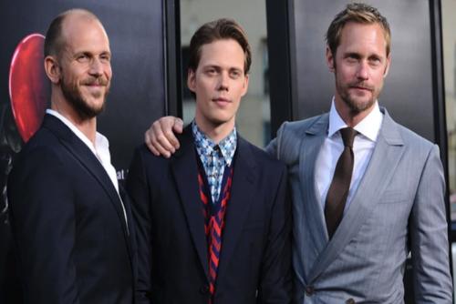 Alexander Skarsgård, traje gris y Gustaf Skarsgård traje negro, hermanos de Bill. (Foto: Infobae)