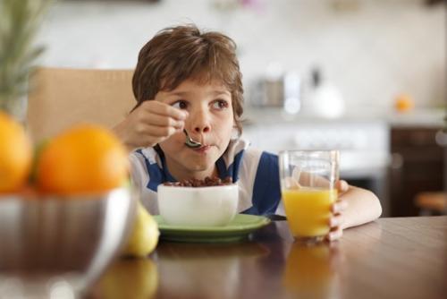 Si ves que tu hijo no se motiva a desayunar, enséñale lo importante que es para su salud (Foto: hacerfamilia)