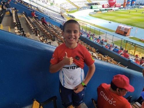 El niño muestra que su verdadero apoyo va para el equipo visitante. (Foto: Twitter)
