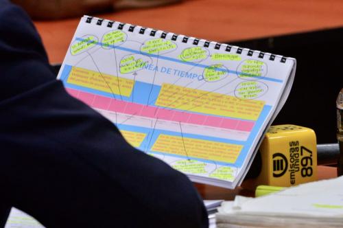 Otto Pérez Molina llevaba estas anotaciones para realizar su defensa. (Foto: Jesús Alfonso/Soy502)