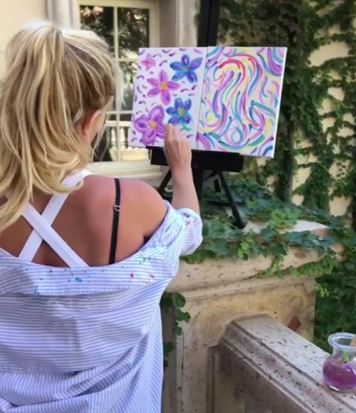Britney muestra su talento en la pintura. (Foto: captura de pantalla)