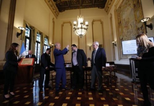 El Ministro de Cultura José Luis Chea Urruela entrega el premio al escritor guatemalteco. (Foto: Ministerio de Cultura y Deportes)