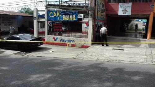 El auto negro que se observa a la izquierda fue inspeccionado, se encontraba afuera de la cevichería. (Foto: Soy502).