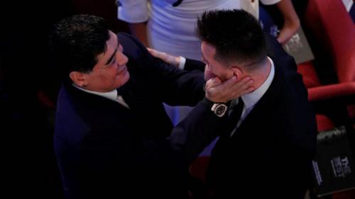 El exjugador argentino fue el encargado de hacer entrega del premio al Mejor Jugador del Mundo. (Foto: Marca)