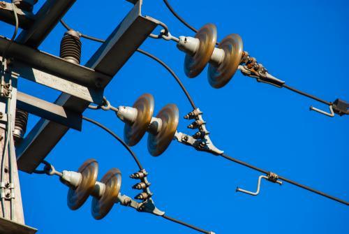 La mejor manera de prevenir un riesgo eléctrico con los cables de media tensión es no acercarse a ellos. (Foto: Shutterstock)