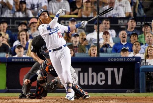 Justin Turner bateó un jonrón y aseguró dos carreras en el juego ante los Astros que ganaron los Dodgers. (Foto: AFP)