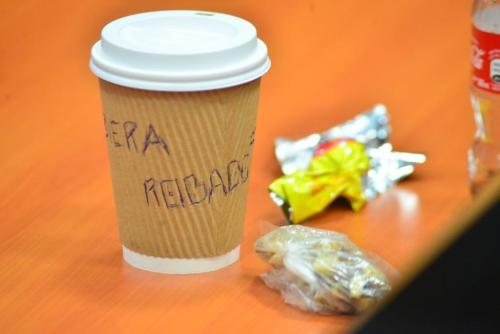 Este es le vaso que quedó sobre el escritorio donde estuvo Claudia Méndez. (Foto: Jesús Alfonso/Soy502).
