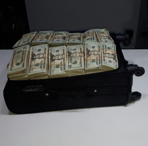 Más de medio millón de dólares fueron encontrados en maletas de viaje. (Foto: PNC)