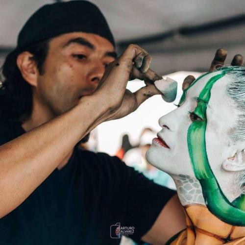 """Fernando Gálvez realizando los detalles de un """"body painting"""". (Foto: Facebook/Fernando Gálvez)"""