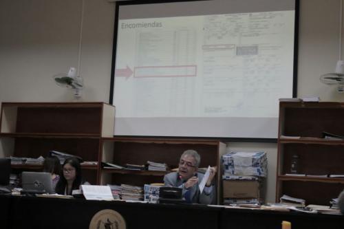 El juez Miguel Ángel Gálvez mostró varios documentos. (Foto: Alejandro Balán/Soy502).