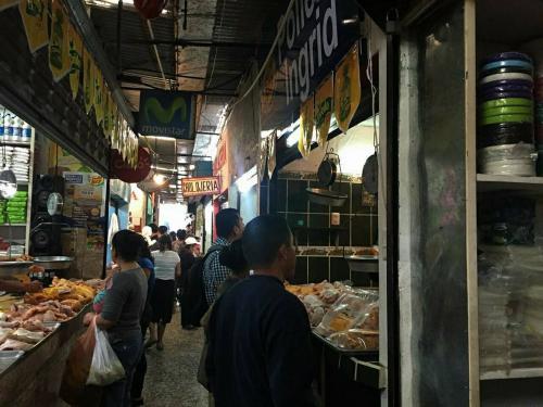 Dentro del mercado La Bendición de Dios está ubicada la pollería con ganancias millonarias del Ejército. (Foto: Soy502)