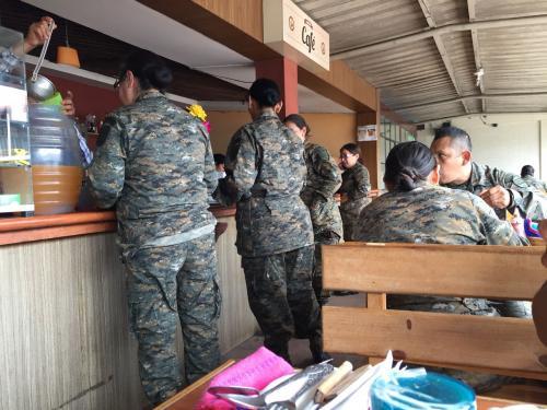 La cafetería ofrece distintos almuerzos para los visitantes del Economato Militar. (Foto: Soy502)