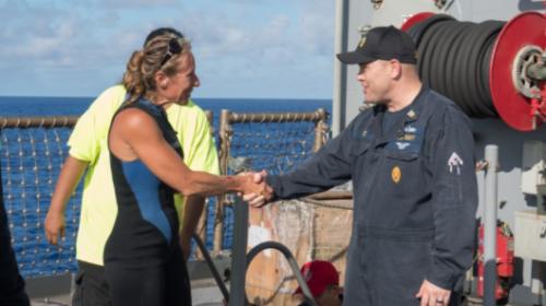 El jefe de comando del USS Ashland, Gary Wise, le da la bienvenida a Jennifer Appel, una de las mujeres que fue rescatada. (Foto: cnnespanol.cnn.com)