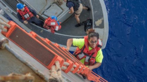 Tasha Fuiava sube a bordo del Ashland tras ser rescatada por la Marina. (Foto: cnnespanol.cnn.com)