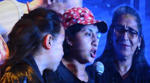 Cinthia Morales, sobreviviente de la tragedia de Hogar Seguro, en el escenario de Residente. (Foto: Selene Mejía/Soy502)