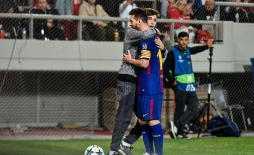 Un aficionado se mete al campo y besa a Messi en Grecia. (Foto: Captura de video)