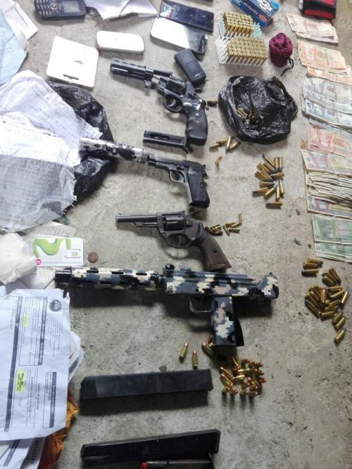 Vista de las armas de fuego y municiones localizadas en la vivienda de la colonia San Julián, Chinautla. (Foto: PNC).
