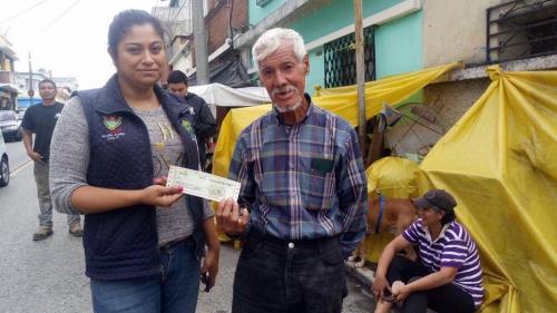 Don Hilman recibiendo la ayuda económica recaudada. (Foto: Albergue Municipal de mascotas)