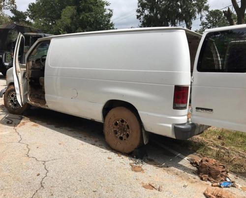 Hasta que bajaron las aguas pudieron recuparar la camioneta, que fue arrastrada por la corriente. (Foto: Univisión)