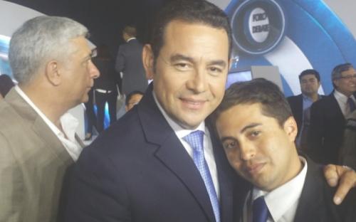 Foto de Jimmy Morales junto a Guillermo Castillo tras un debate electoral. (Foto: RepúblicaGT)